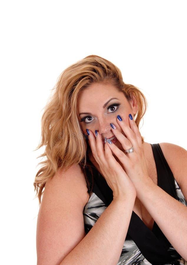 Όμορφα ξανθά χέρια εκμετάλλευσης γυναικών στο πρόσωπο στοκ εικόνες