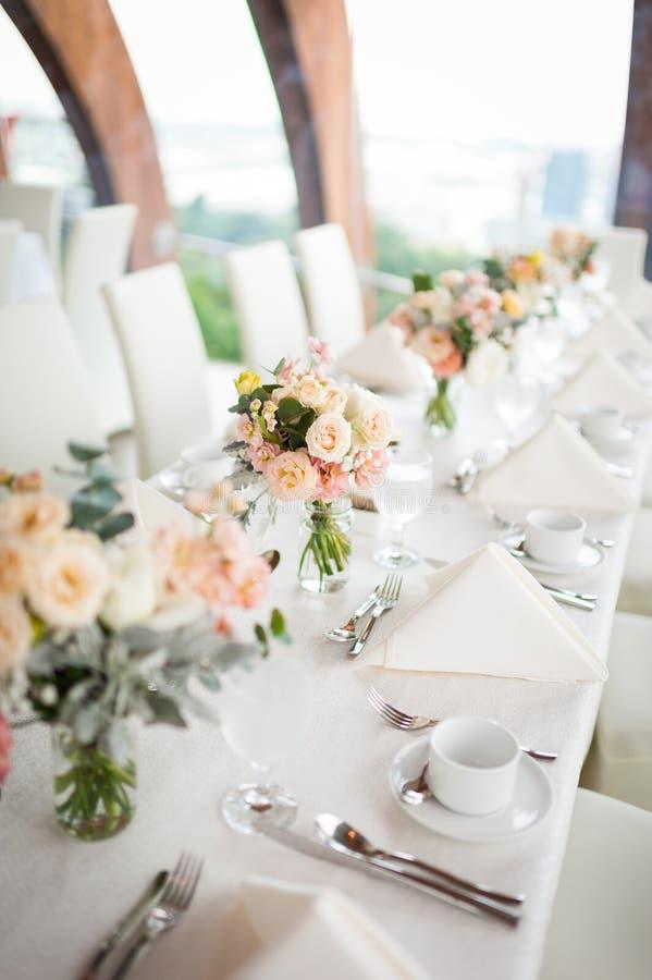 Όμορφα λουλούδια ως να δειπνήσει επιτραπέζια διακόσμηση στοκ φωτογραφίες