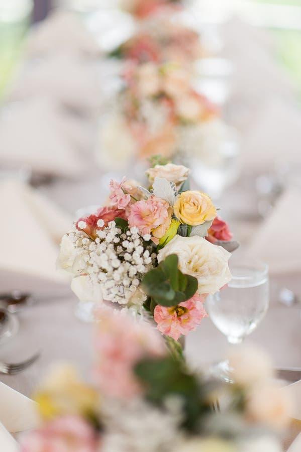 Όμορφα λουλούδια ως να δειπνήσει επιτραπέζια διακόσμηση στοκ εικόνα
