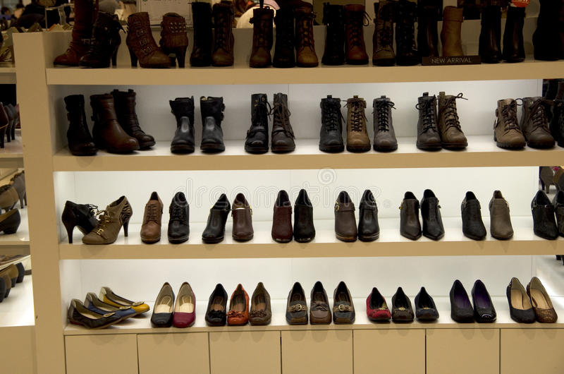 Όμορφα παπούτσια στο πολυκατάστημα στοκ φωτογραφία με δικαίωμα ελεύθερης χρήσης