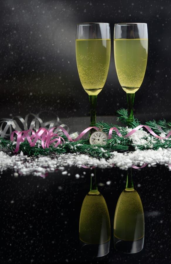 Όμορφα ποτήρια της σαμπάνιας ή του κρασιού στο υπόβαθρο στοκ φωτογραφία