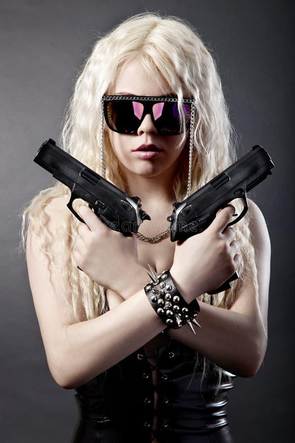όμορφα πυροβόλα όπλα κοριτσιών προκλητικά στοκ φωτογραφία με δικαίωμα ελεύθερης χρήσης