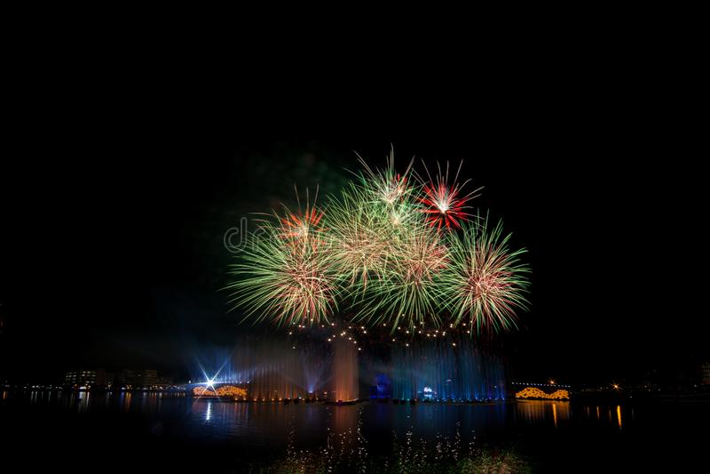 Όμορφα πυροτεχνήματα στο νυχτερινό ουρανό στοκ φωτογραφία με δικαίωμα ελεύθερης χρήσης
