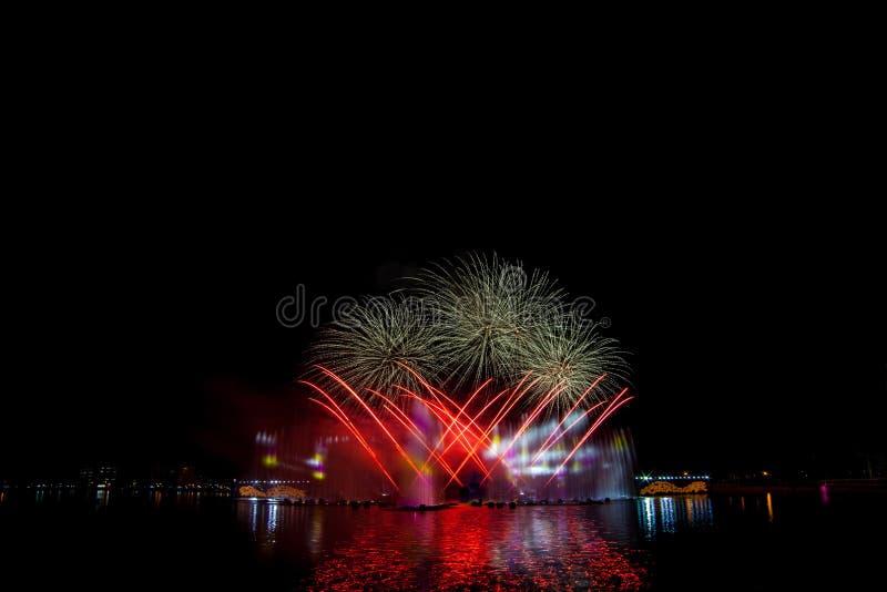 Όμορφα πυροτεχνήματα στο νυχτερινό ουρανό στοκ φωτογραφίες με δικαίωμα ελεύθερης χρήσης