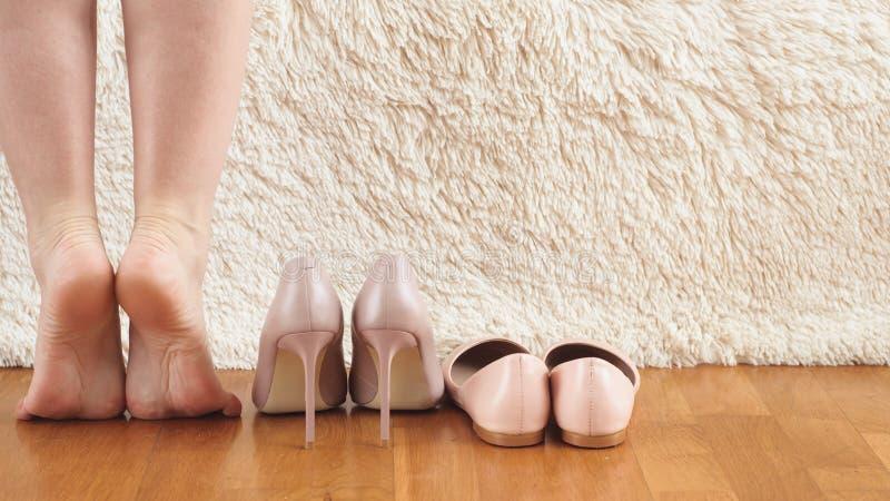 όμορφα πόδια και πόδια γυναικών σε ξύλινο δάπεδο και λευκό φόντο στοκ εικόνες με δικαίωμα ελεύθερης χρήσης