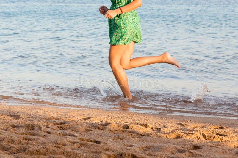 Όμορφα πόδια κοριτσιών που τρέχουν στην παραλία όμορφο κορίτσι που περπατά στο νερό στοκ φωτογραφίες με δικαίωμα ελεύθερης χρήσης