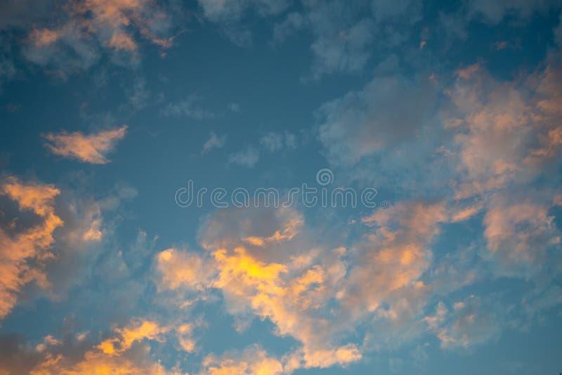 Όμορφα ρομαντικά σύννεφα ηλιοβασιλέματος σωρειτών στο χρόνο λυκόφατο στοκ φωτογραφία με δικαίωμα ελεύθερης χρήσης