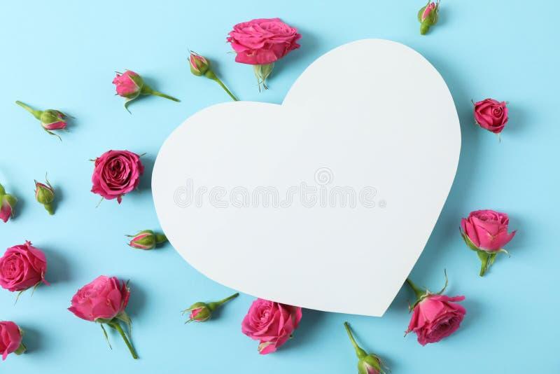 Όμορφα ρόδινα τριαντάφυλλα και μεγάλη καρδιά με το διάστημα για το κεί στοκ φωτογραφία με δικαίωμα ελεύθερης χρήσης