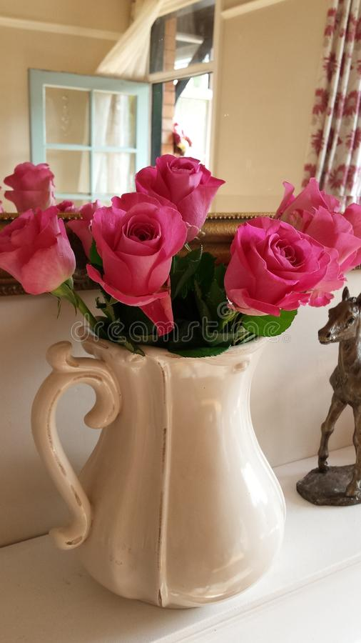 Όμορφα ρόδινα τριαντάφυλλα σε μια κανάτα κρέμας στοκ φωτογραφία με δικαίωμα ελεύθερης χρήσης