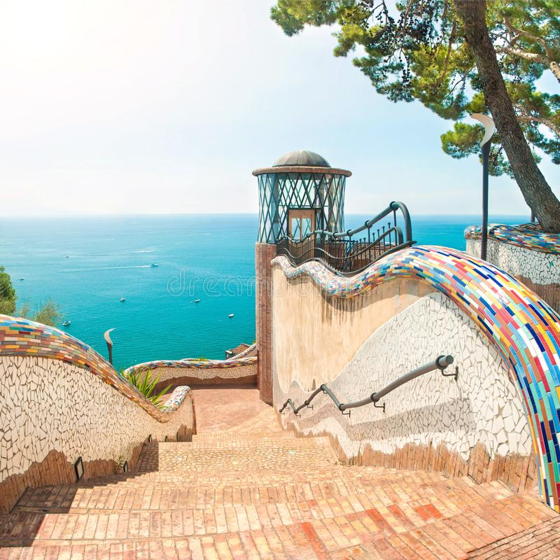 Όμορφα σκαλοπάτια με τα κεραμικά κεραμίδια με την άποψη θάλασσας στοκ εικόνες