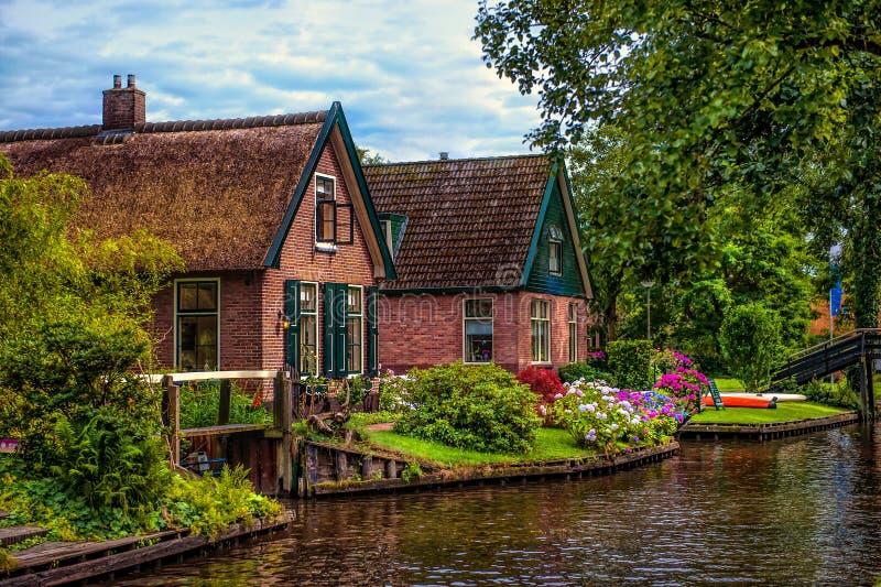 Όμορφα σπίτια και κανάλι σε Giethoorn στοκ φωτογραφία με δικαίωμα ελεύθερης χρήσης