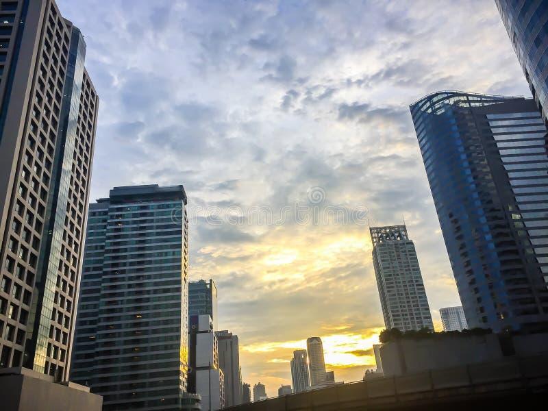 Όμορφα σύννεφα πέρα από την πόλη της Μπανγκόκ Εξωτικός θερινός ζωηρόχρωμος μπλε ουρανός πόλεων οριζόντων με το αστικό ηλιοβασίλεμ στοκ εικόνα με δικαίωμα ελεύθερης χρήσης