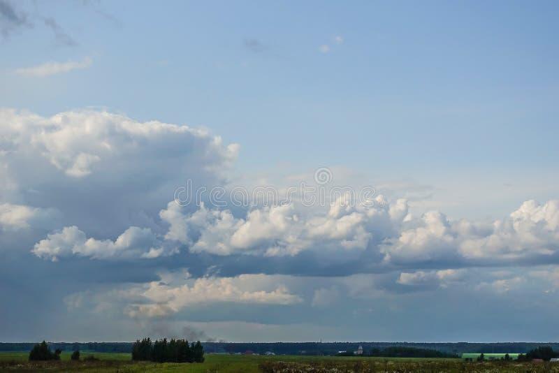 Όμορφα σύννεφα στον ουρανό Σύννεφα που προαναγγέλλουν τη βροχή στοκ φωτογραφία με δικαίωμα ελεύθερης χρήσης