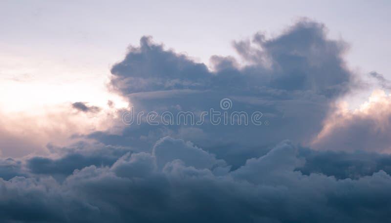 Όμορφα σύννεφα στο ηλιοβασίλεμα, σκοτεινά σύννεφα σωρειτών, στοκ εικόνες
