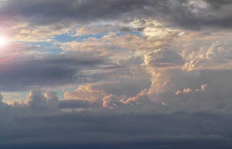 Όμορφα σύννεφα σωρειτών πριν από το ηλιοβασίλεμα στοκ φωτογραφία