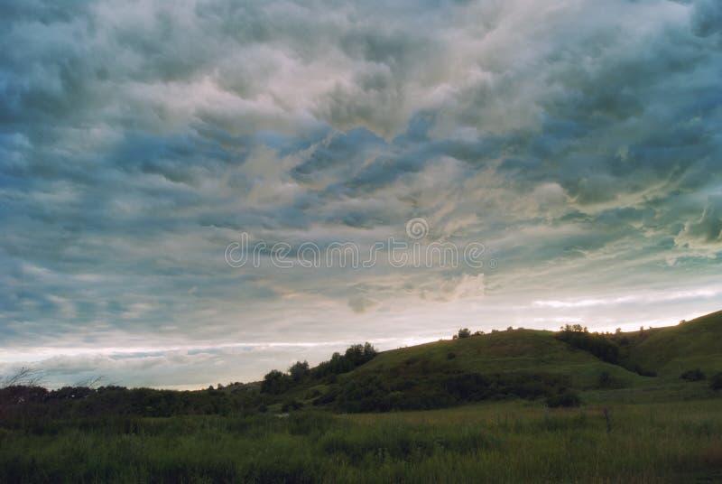 Όμορφα σύννεφα σωρειτών στο ηλιοβασίλεμα πέρα από τους τομείς και τη λοφώδη κοιλάδα στοκ εικόνες με δικαίωμα ελεύθερης χρήσης