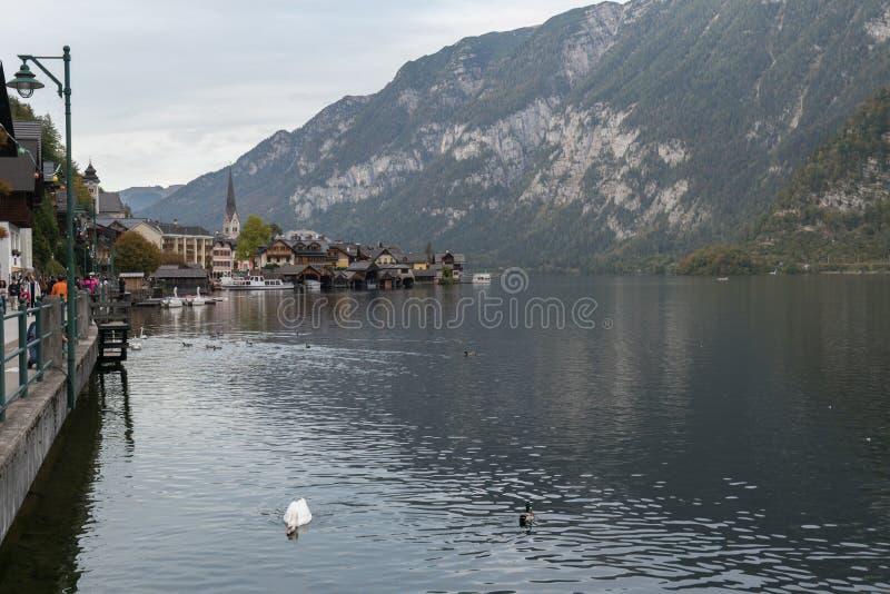 Όμορφα τοπία στο Hallstatt, ένα χωριό Lakeside στο σούρουπο, Αυστρία στοκ εικόνες