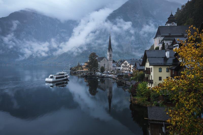 Όμορφα τοπία στο Hallstatt σε μια ομιχλώδη ημέρα, ένα χωριό Lakeside στο σούρουπο, Αυστρία στοκ φωτογραφία με δικαίωμα ελεύθερης χρήσης