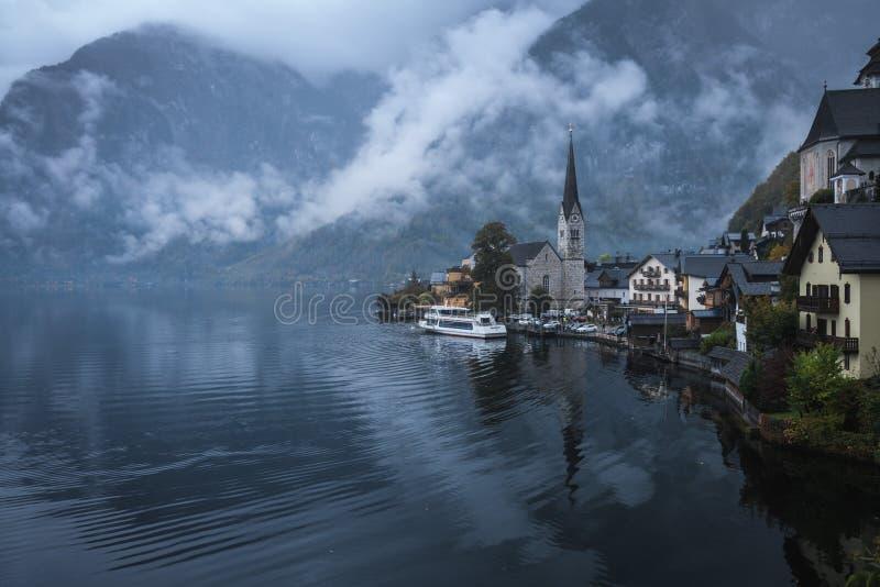 Όμορφα τοπία στο Hallstatt σε μια ομιχλώδη ημέρα, ένα χωριό Lakeside στο σούρουπο, Αυστρία στοκ εικόνες