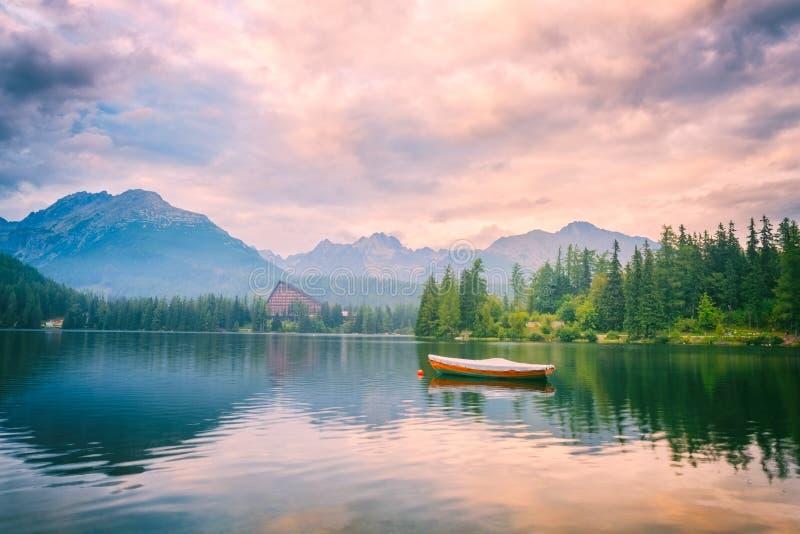 Όμορφα τοπίο, βουνά και νερό, pleso Strbske λιμνών, υψηλό Tatras, Σλοβακία στοκ εικόνες