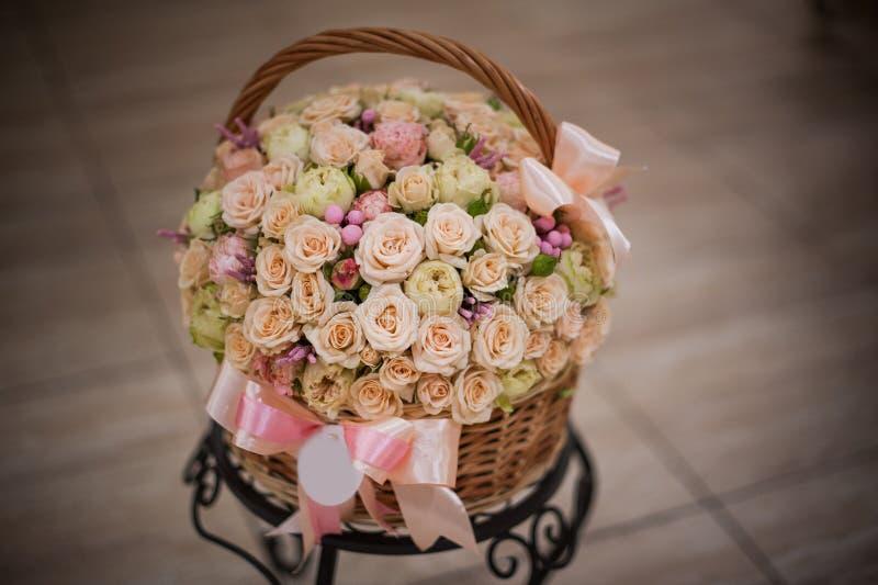Όμορφα τριαντάφυλλα στο καλάθι σε έναν πίνακα στοκ εικόνα