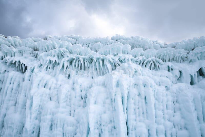 Όμορφα τυρκουάζ παγάκια στους παράκτιους απότομους βράχους της λίμνης Baikal στοκ εικόνες με δικαίωμα ελεύθερης χρήσης