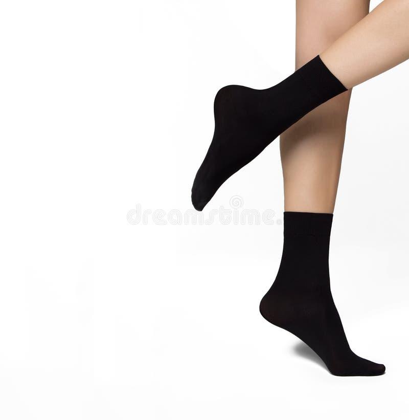 Όμορφα φροντισμένα γυναικεία πόδια σε μαύρες νάιλον κάλτσες στοκ φωτογραφίες με δικαίωμα ελεύθερης χρήσης