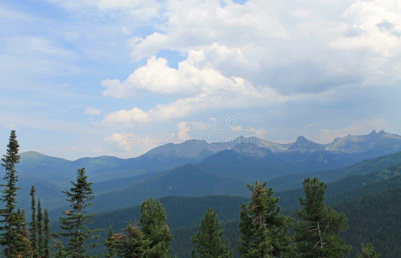 Όμορφα φυσικά σύννεφα στο τοπίο Sayany βουνών στοκ εικόνα με δικαίωμα ελεύθερης χρήσης