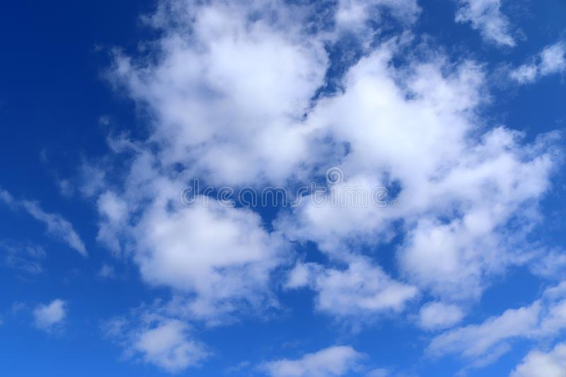 Όμορφα χνουδωτά άσπρα σύννεφα σωρειτών και cirrus σε έναν βαθύ μπλε ουραν στοκ εικόνα με δικαίωμα ελεύθερης χρήσης