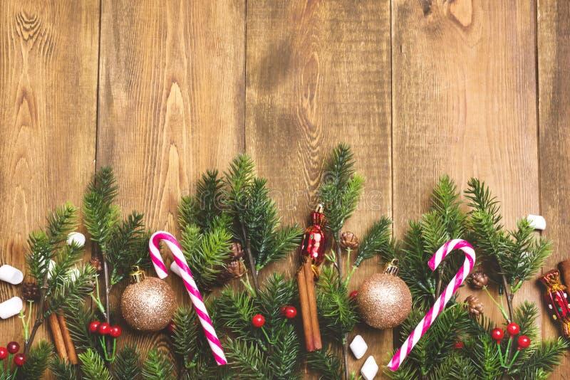Όμορφα Χριστουγέννων υποβάθρου ξύλινα αντιγράφων διαστημικά καραμελών καλάμων κανέλας του FIR παιχνίδια Χριστουγέννων άποψης κλάδ στοκ φωτογραφία με δικαίωμα ελεύθερης χρήσης