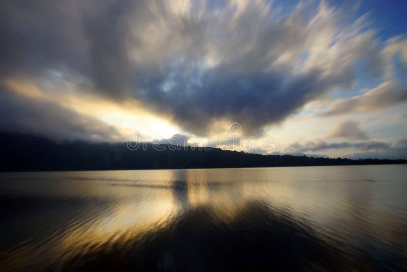 Όμορφα χρώματα ουρανού και το υπόβαθρο άποψης λιμνών Ουρανός στην ανατολή Ζωηρόχρωμο υπόβαθρο ουρανού Διάστημα αντιγράφων για το  στοκ φωτογραφίες
