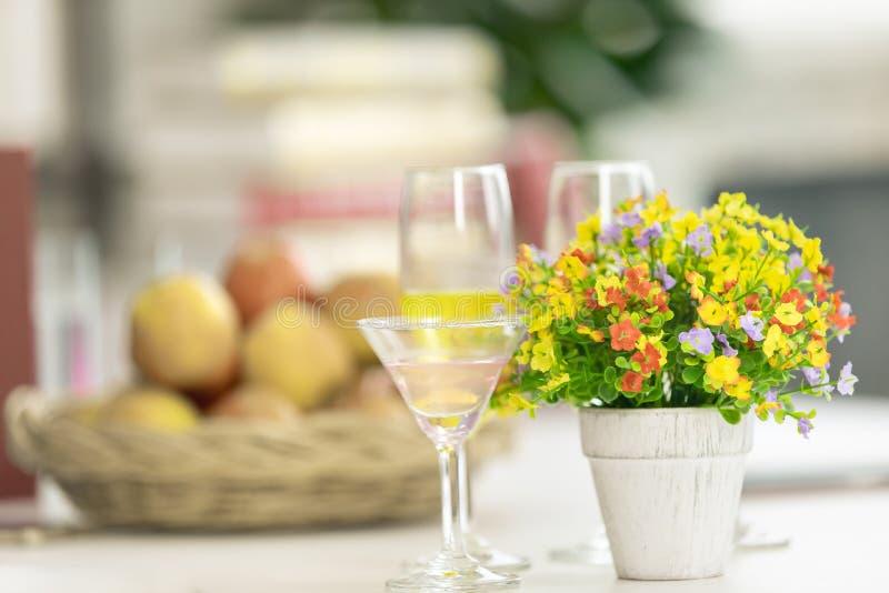 Όμορφα χρώματα τεχνητών λουλουδιών Τοποθετημένος στα δευτερεύοντα επιτραπέζια WI στοκ φωτογραφία