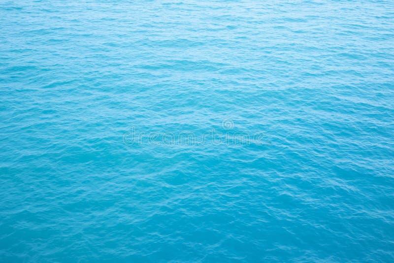 Όμορφα ωκεάνια κύματα, σκούρο μπλε ως υπόβαθρο στοκ εικόνα με δικαίωμα ελεύθερης χρήσης
