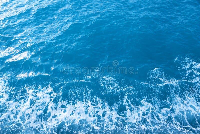 Όμορφα ωκεάνια κύματα, σκούρο μπλε ως υπόβαθρο στοκ φωτογραφίες