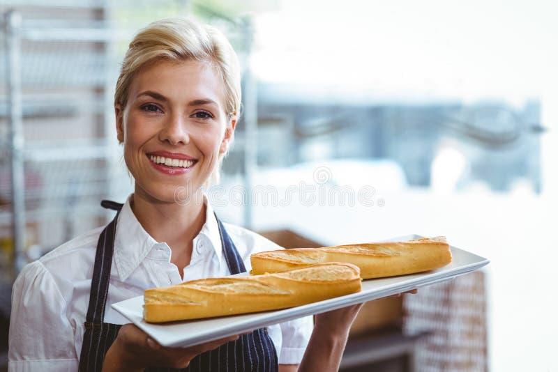 Όμορφα baguettes μεταφοράς σερβιτορών στοκ εικόνα με δικαίωμα ελεύθερης χρήσης
