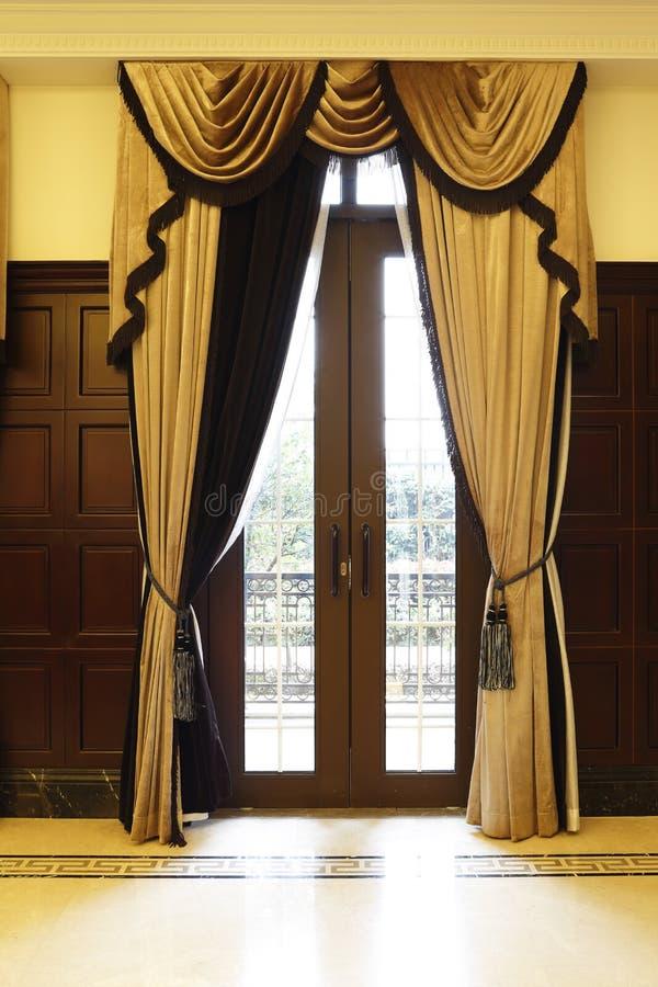 Όμορφα drapes στο πολυτελές δωμάτιο συνεδρίασης στοκ εικόνα