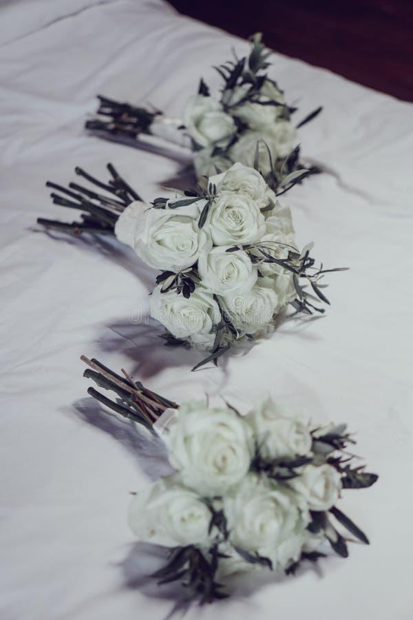 Όμορφες άσπρες ανθοδέσμες των γαμήλιων λουλουδιών στοκ εικόνες