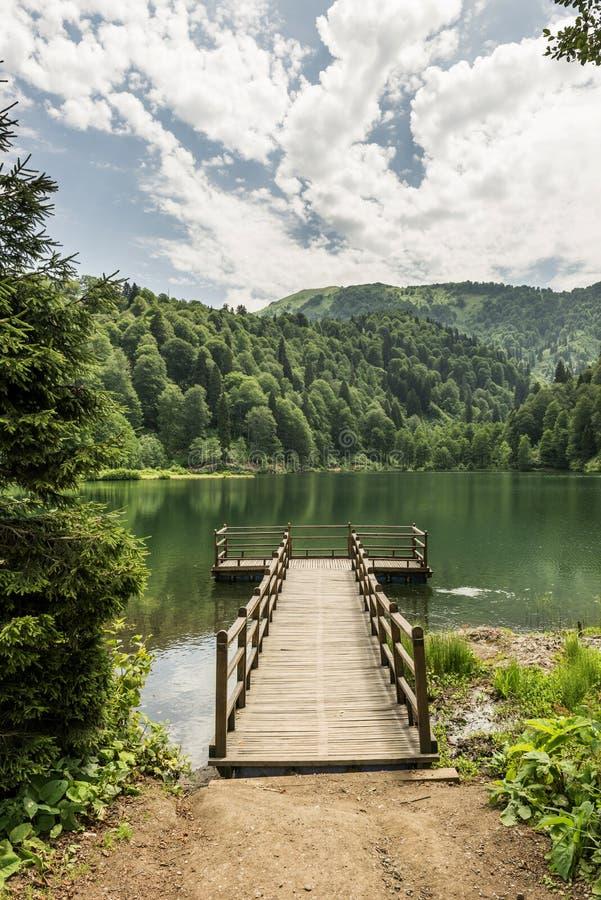 Όμορφες λίμνη και αποβάθρα στοκ εικόνες