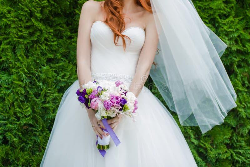Όμορφες ανθοδέσμες των λουλουδιών έτοιμων για τη μεγάλη γαμήλια τελετή στοκ φωτογραφία
