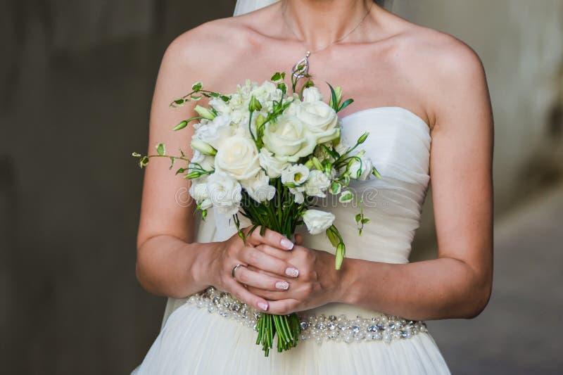 Όμορφες ανθοδέσμες των λουλουδιών έτοιμων για τη μεγάλη γαμήλια τελετή στοκ εικόνες