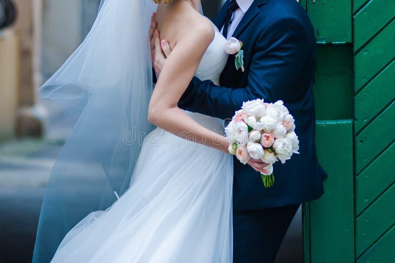 Όμορφες ανθοδέσμες των λουλουδιών έτοιμων για τη μεγάλη γαμήλια τελετή στοκ εικόνα με δικαίωμα ελεύθερης χρήσης