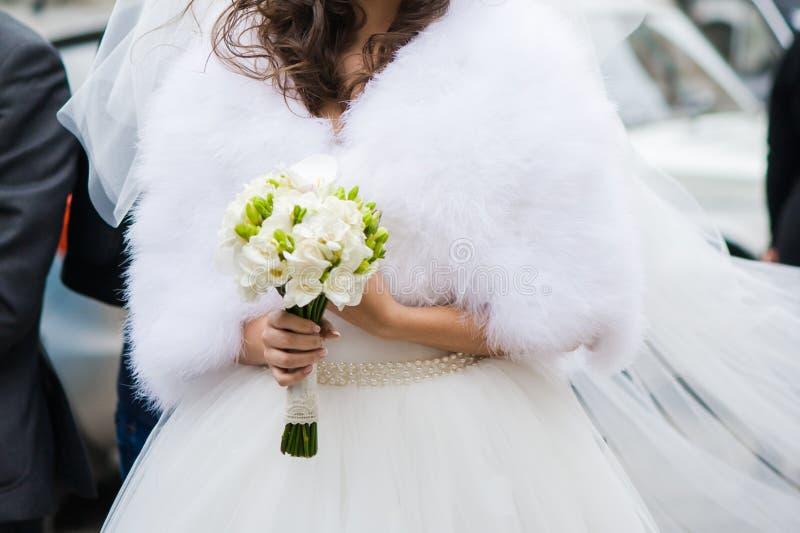 Όμορφες ανθοδέσμες των λουλουδιών έτοιμων για τη μεγάλη γαμήλια τελετή στοκ εικόνες με δικαίωμα ελεύθερης χρήσης