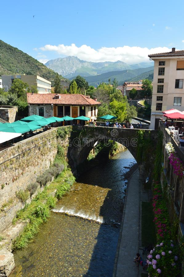 Όμορφες απόψεις από τη ρωμαϊκή γέφυρα στη βίλα de Potes Φύση, αρχιτεκτονική, ιστορία, ταξίδι στοκ εικόνες με δικαίωμα ελεύθερης χρήσης