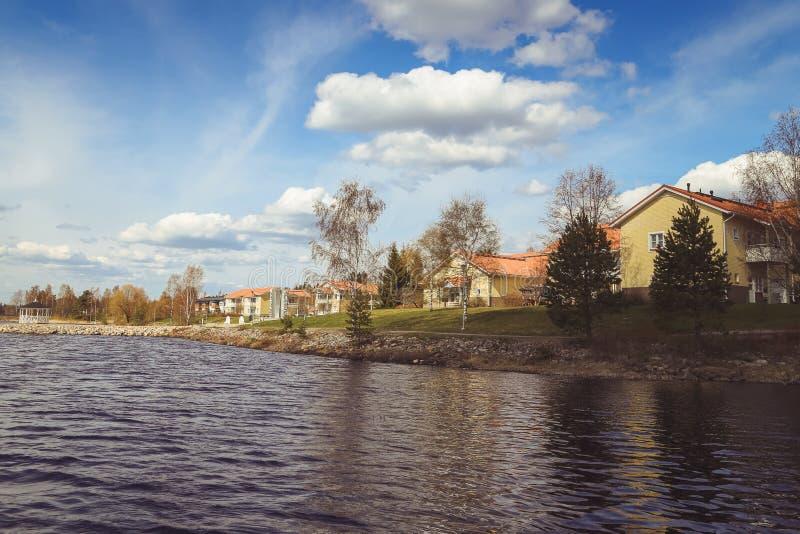 Όμορφες απόψεις της λίμνης, των σπιτιών, της σημύδας και του δασικού φινλανδικού τοπίου Λίμνες και κοιλάδες Θερινή άποψη της Καρε στοκ φωτογραφίες