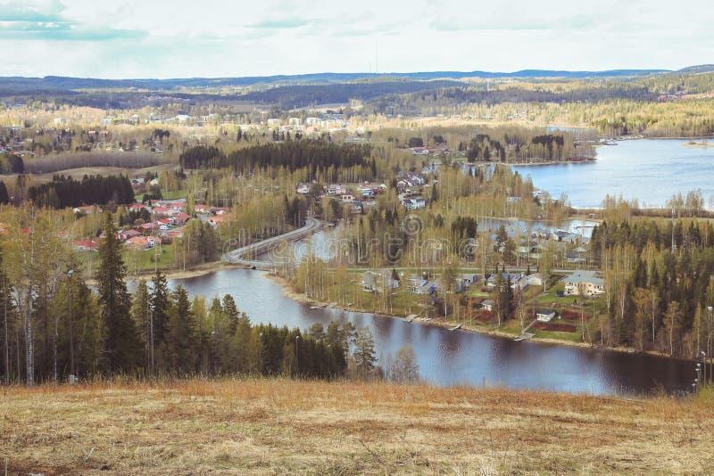 Όμορφες απόψεις των βουνών στις λίμνες, τα σπίτια, τις σημύδες και το δασικό φινλανδικό τοπίο Λίμνες και κοιλάδα Καρελία στοκ εικόνες