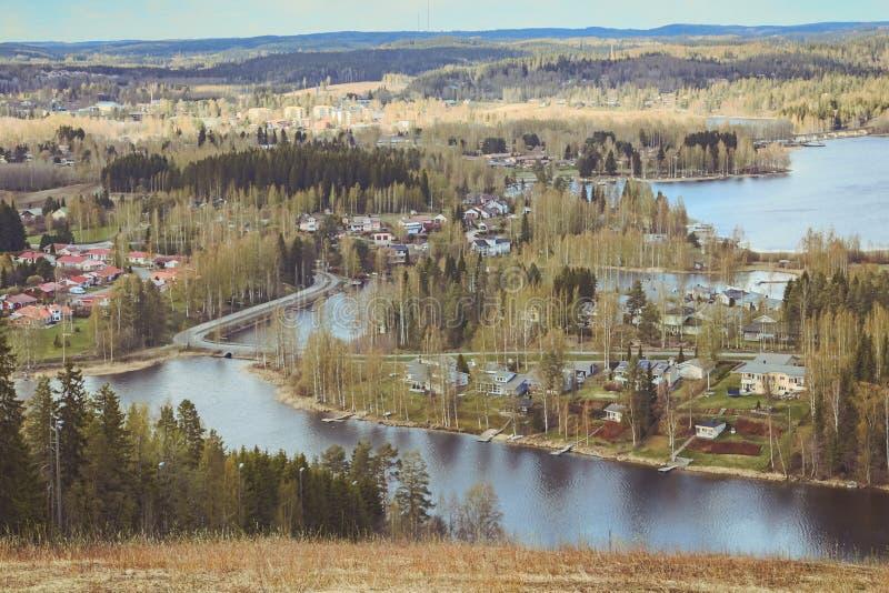 Όμορφες απόψεις των βουνών στις λίμνες, τα σπίτια, τις σημύδες και το δασικό φινλανδικό τοπίο Λίμνες και κοιλάδα Καρελία στοκ φωτογραφία με δικαίωμα ελεύθερης χρήσης