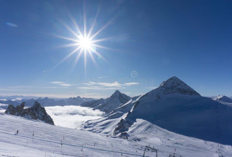 Όμορφες αυστριακές Άλπεις σε Hintertux, Τύρολο, αιχμή σε 3 250 μέτρα ύψους στοκ φωτογραφία