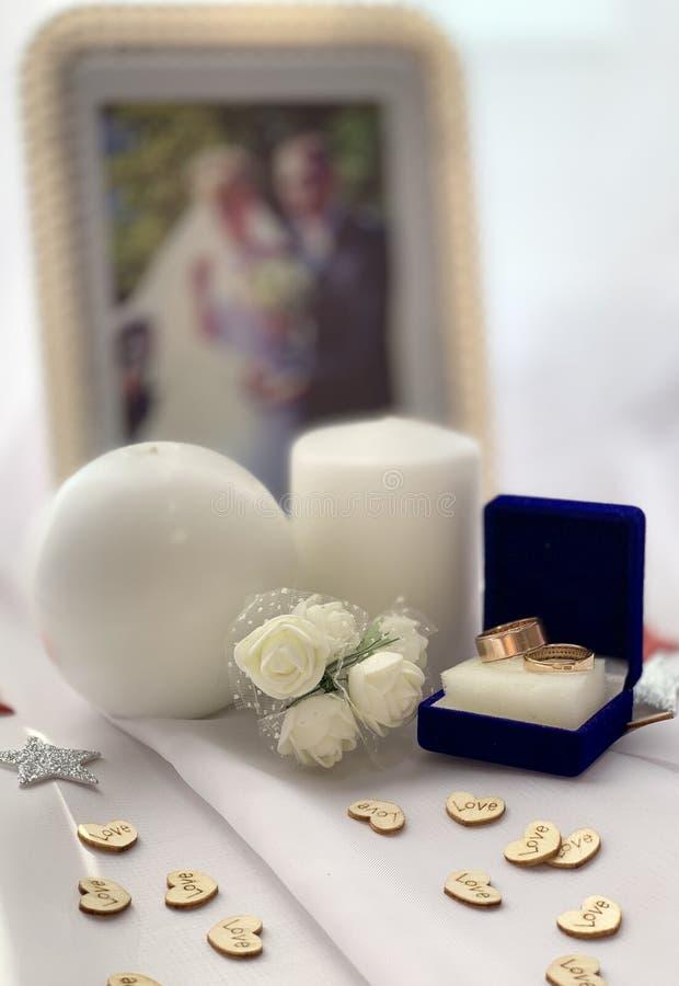Όμορφες γαμήλιες διακοσμήσεις Εορταστική ατμόσφαιρα με τα άσπρα τριαντάφυλλα στοκ φωτογραφίες