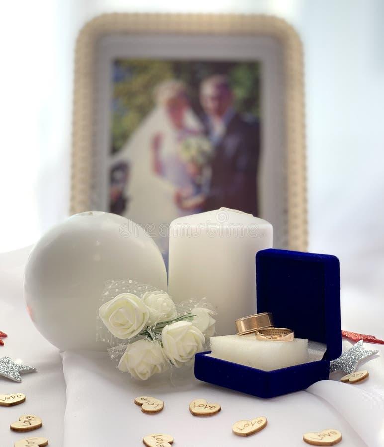 Όμορφες γαμήλιες διακοσμήσεις Εορταστική ατμόσφαιρα με τα άσπρα τριαντάφυλλα στοκ φωτογραφία με δικαίωμα ελεύθερης χρήσης