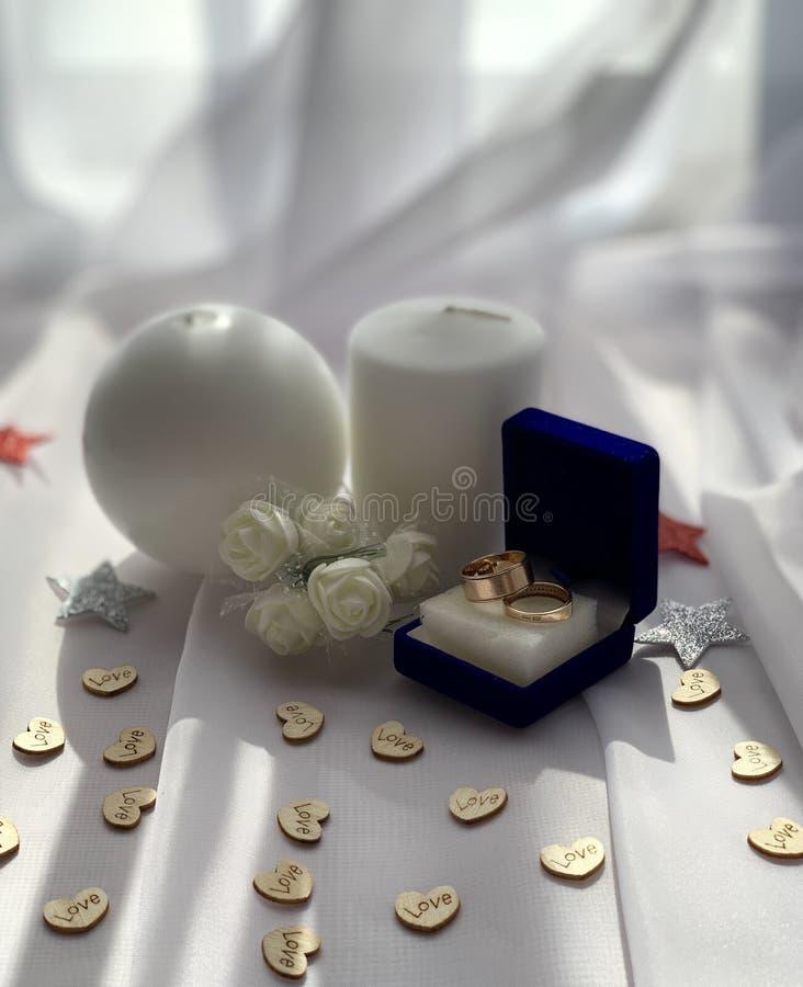 Όμορφες γαμήλιες διακοσμήσεις Εορταστική ατμόσφαιρα με τα άσπρα τριαντάφυλλα στοκ εικόνα